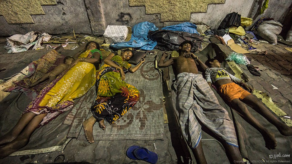 homeless family living on a Mumbai pavement